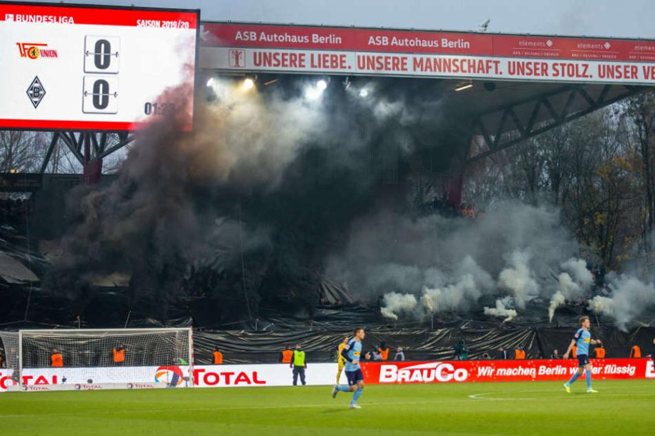 Fans im Gästeblock zünden Rauchbomben.