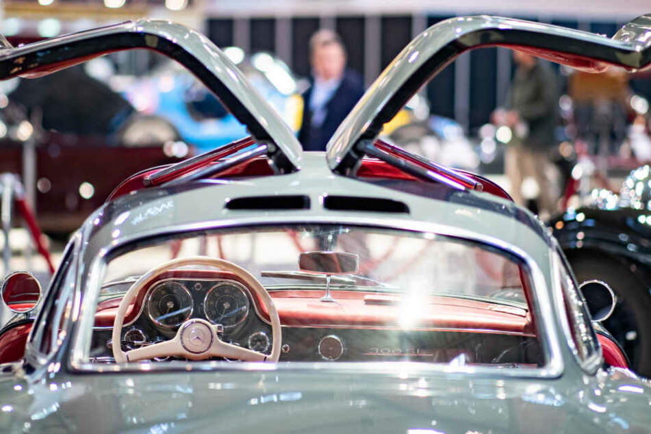 Ein Mercedes-Benz 300 SL Coupe mit geöffneten Türen aus dem Jahr 1955 ist bei der Techno Classica für Oldtimer und Youngtimer ausgestellt.