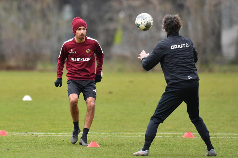 Rostock-Rückkehrer Osman Atilgan (l.) übte erst mit Athletiktrainer Matthias Grahé, spielte später mit.