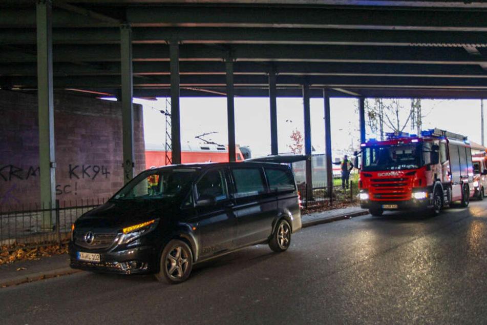 Einsatzkräfte sind am Bahnhof Karlsruhe-Durlach vor Ort.