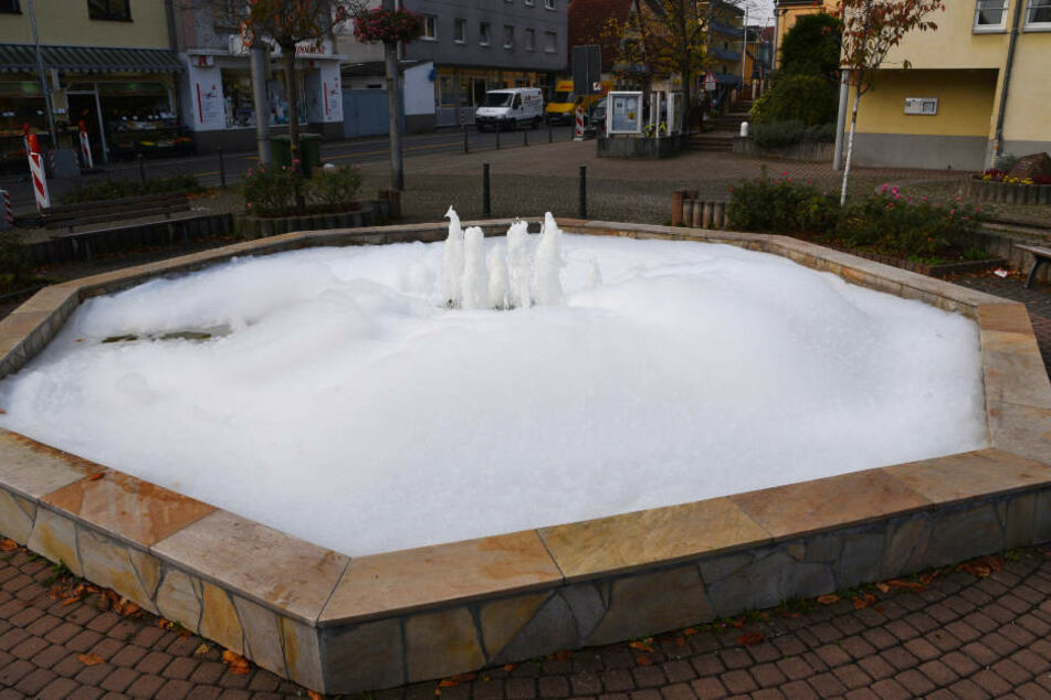Schäumt munter vor sich hin: der Brunnen am Gottlob-Hees-Platz in Eppelheim.