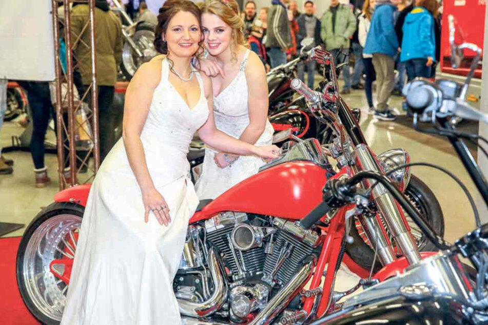 Heiße Brautmode trifft heiße Öfen: Nadine (31) und Antonia (17) von der Jawort-Messe auf Stippvisite bei der SachsenKrad gleich nebenan.