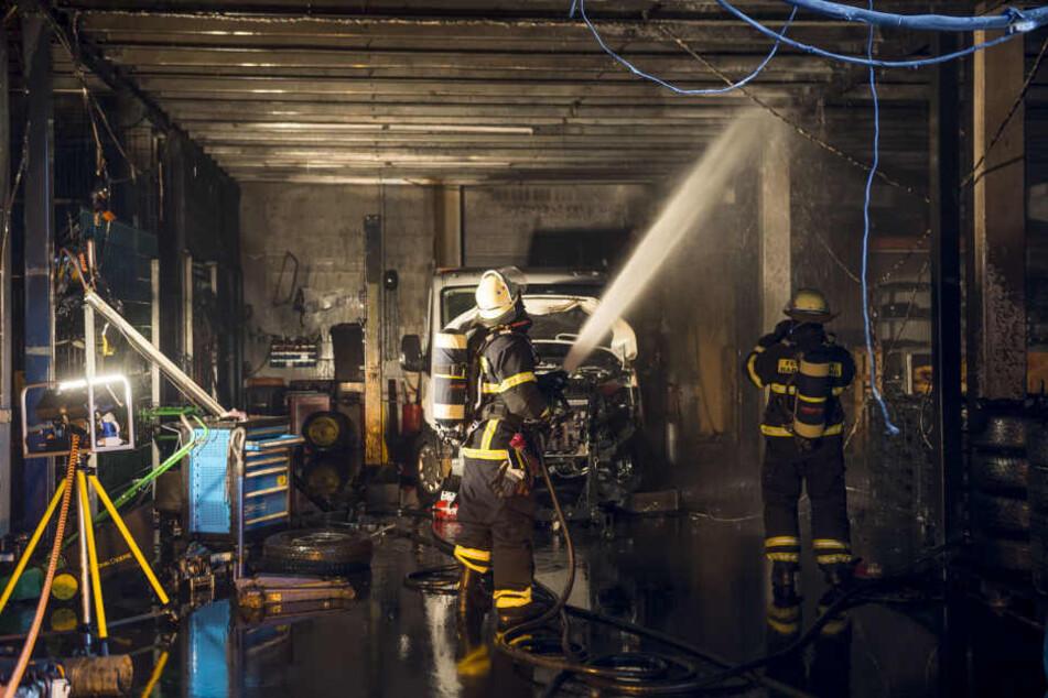 Ein Werkzeugwagen und Teile eines Kleinlasters waren in Brand geraten.
