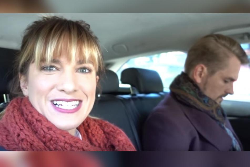 Während Isabell Horn aus dem Taxi ihre Fans updatet, interessiert sich Freund Jens nur wenig für die Kamera.