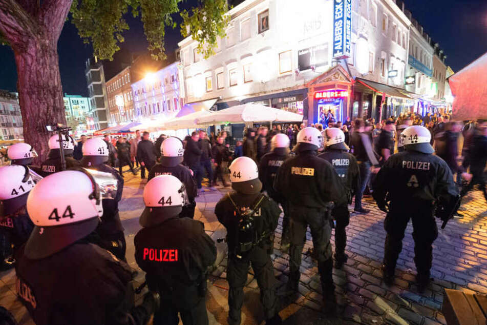 Polizeibeamte beobachten einen Fanmarsch anlässlich des Fußball-Derbys Hamburger SV - FC St. Pauli.