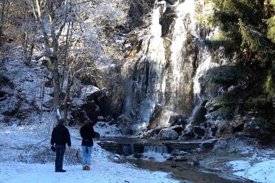 Besucher kamen im Laufe des Tages an den Königshütter Wasserfall, um das Naturschauspiel mit eigenen Augen zu sehen.