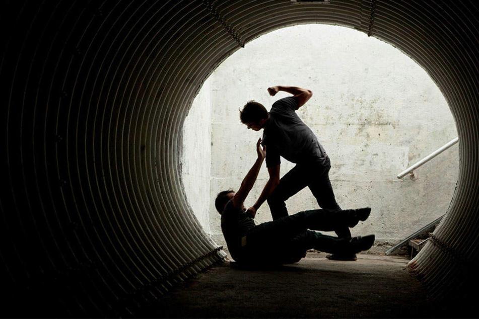 Nachdem er Jugendliche überfiel: Räuber tritt und beißt Polizisten