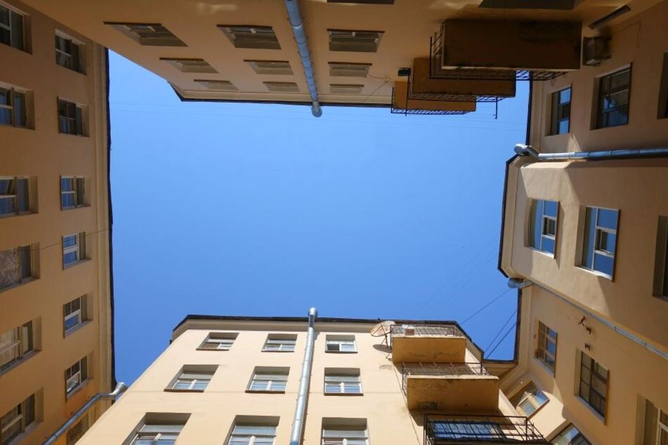 Die Frau stürzte vom Balkon im vierten Stock in die Tiefe (Symbolbild).