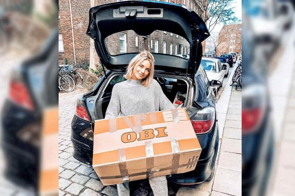 Janina Celine Jahn packt ihre Umzugskartons in ein Auto.