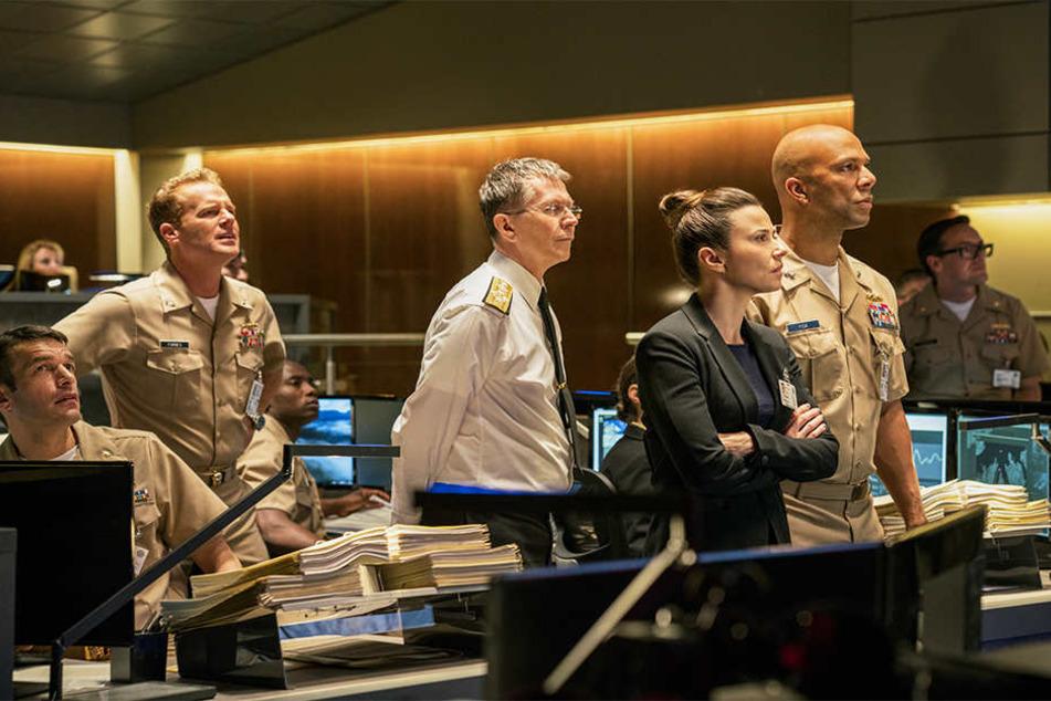 CJCS Charles Donnegan (Gary Oldman, Mitte) und sein Team um Jayne Norquist (Linda Cardellini, vorne) und RA John Fisk (Common, ganz rechts) beobachten die schwere Lage im Pentagon.