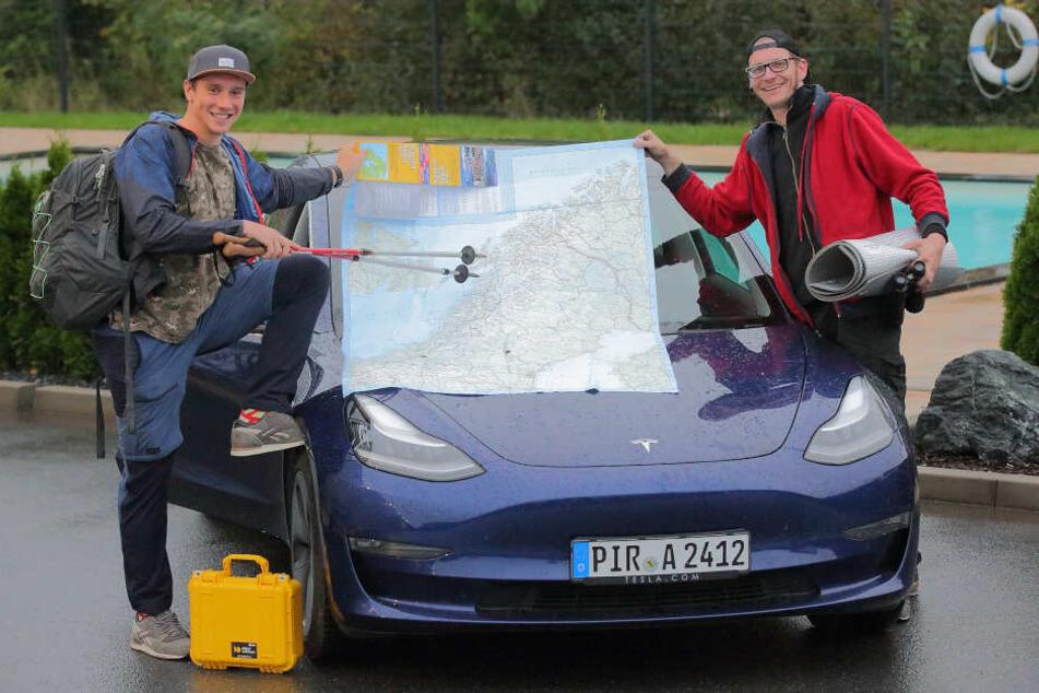 Bereit zum großen Abenteuer: Andreas Krause (37, l.) und Sven Wittek (39) starteten Freitagabend mit ihrem Tesla Richtung Nordkap.