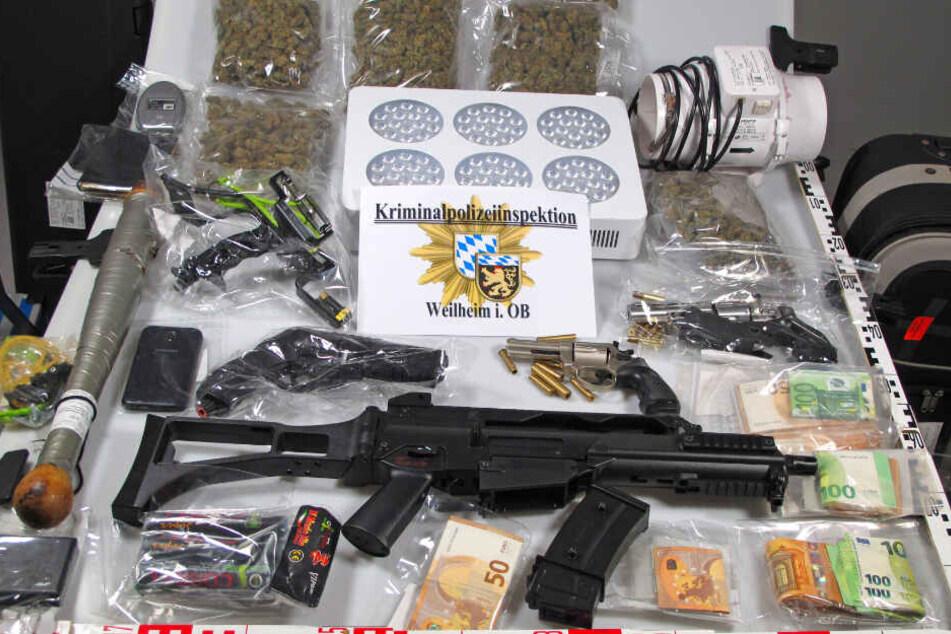 Das Bild zeigt die sichergestellten Gegenstände, die bei der Wohnungsdurchsuchung des 61-Jährigen gefunden wurden.