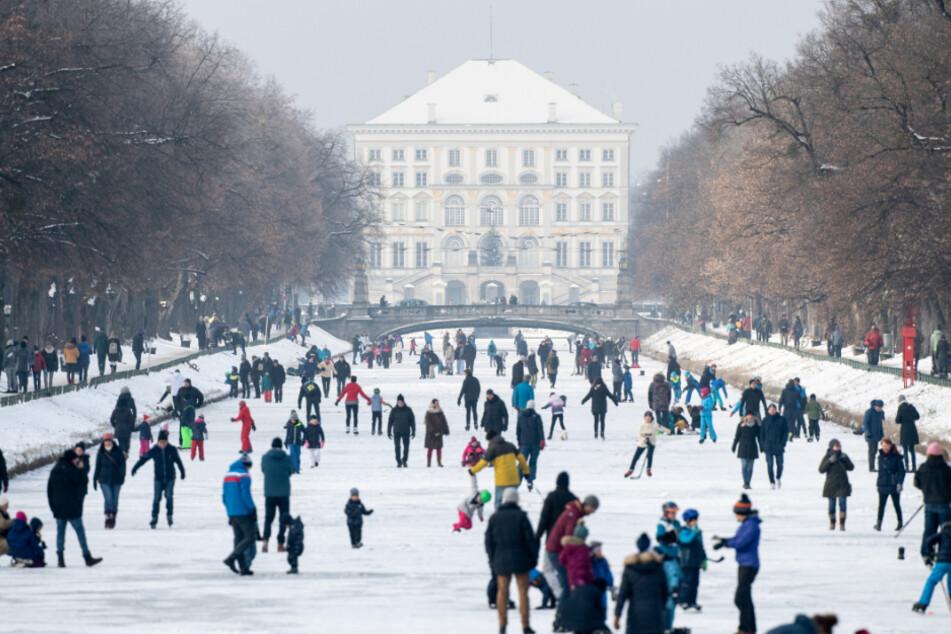 Zahlreiche Menschen tummelten sich am Sonntag auf dem Nymphenburger Schlosskanal in München.
