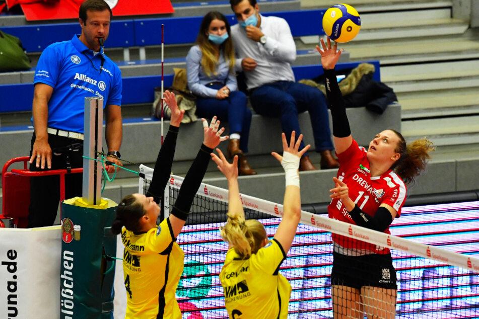 Maja Storck (r.) überlistet beim 3:0 gegen Münster gekonnt den gegnerischen Doppelblock. Am heutigen Sonntag soll in Straubing der nächste Sieg her.
