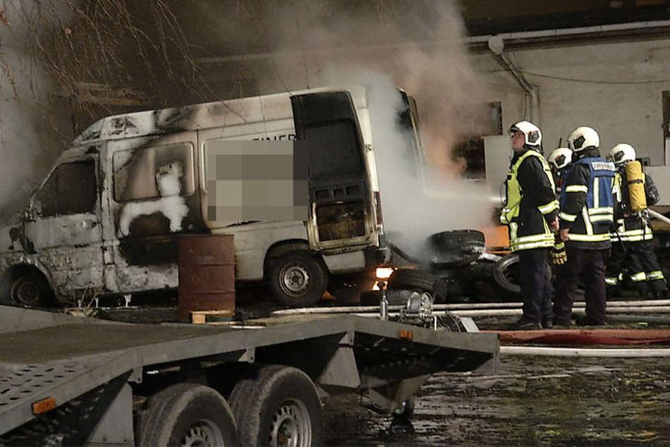 Auf dem Gelände einer Autoverwertung brannten mehrere Fahrzeuge aus.