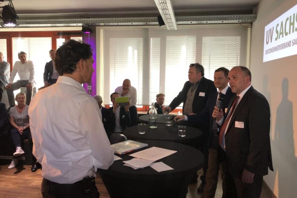 TAG24-Chefredakteur Robert Kuhne (49, li) im Gespräch mit Prof. Gropp (52), Ministerpräsidenten Kretschmer (43) und dem neuen Präsident des Unternehmerverbandes Sachsen, Dietrich Enk (45, re)