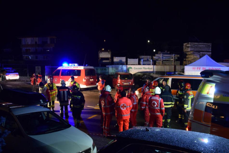 Einsatzkräfte der Freiwilligen Feuerwehr Luttach und des italienischen Roten Kreuzes sind an einer Unfallstelle in der Nähe von Bruneck in der Gemeinde Ahrntal in Südtirol zu sehen.