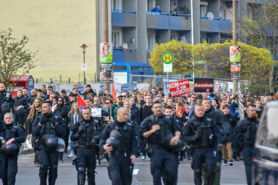 """Jeweils etwa 200 Menschen haben am Samstag in Magdeburg für Menschenrechte auf der einen sowie gegen die """"Islamisierung Magdeburgs"""" auf der anderen Seite demonstriert."""
