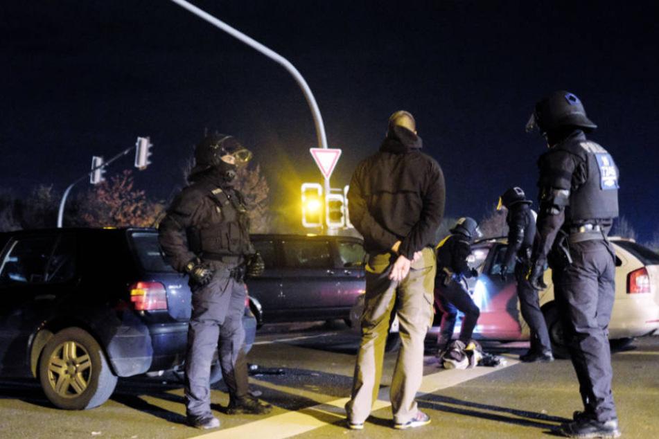 Die Schläger wollten die Polizisten davon abhalten einzugreifen (Symbolfoto).