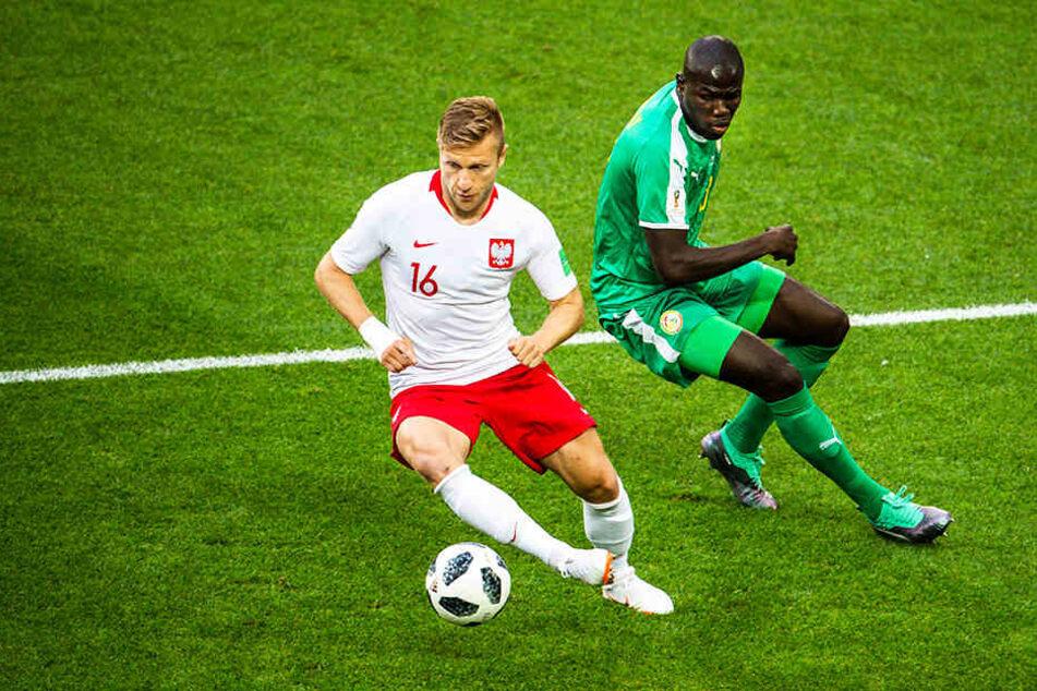 Kam in Wolfsburg zuletzt nicht mehr zum Zug, war bei der WM 2018 aber für Polen aktiv und setzt sich hier gegen Senegals starken Innenverteidiger Kalidou Koulibaly (SSC Neapel) durch.