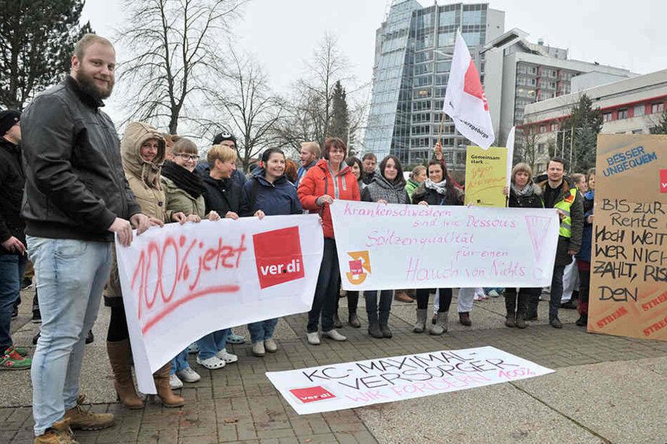 Rund 150 Pfleger und Therapeuten des Klinikums demonstrierten für bessere  Löhne.