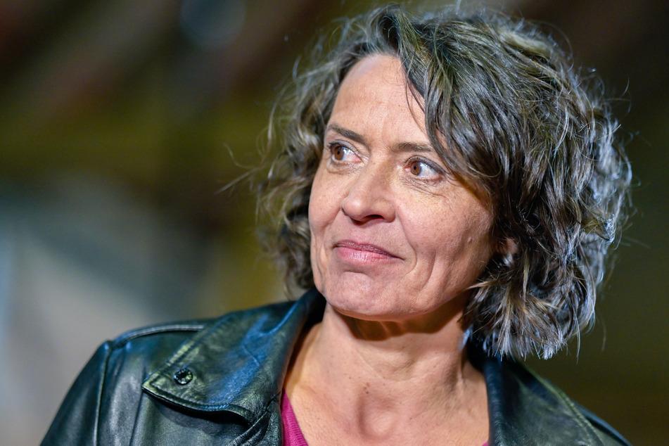 """Die Schauspielerin Ulrike Folkerts (59) steht im März 2019 bei Dreharbeiten zur Krimi-Serie """"Tatort"""" in einem Bauernhof. (Archivbild)"""