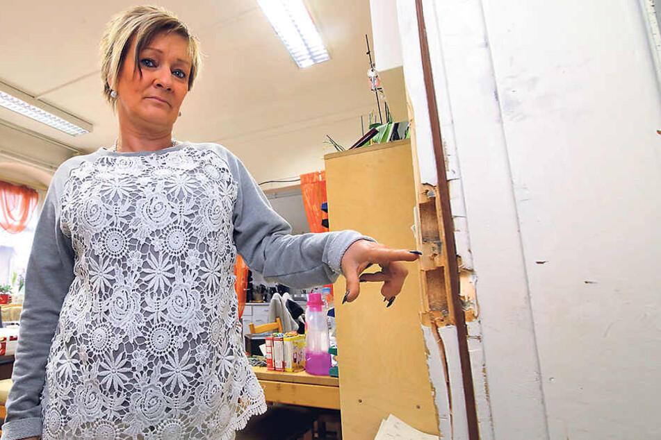Tafel-Chefin Steffi Kober (48) zeigt  die von den Einbrechern demolierte Bürotür.
