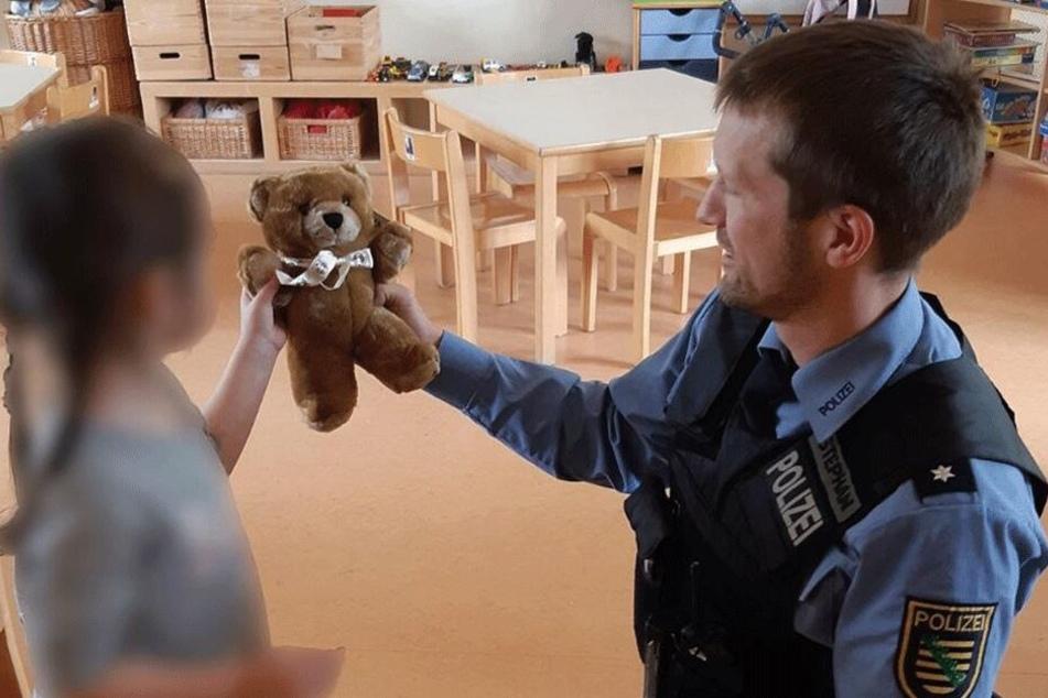 Weil sie in einen Suff-Unfall verwickelt war, bekam ein Mädchen Donnerstag einen Trost-Teddy.