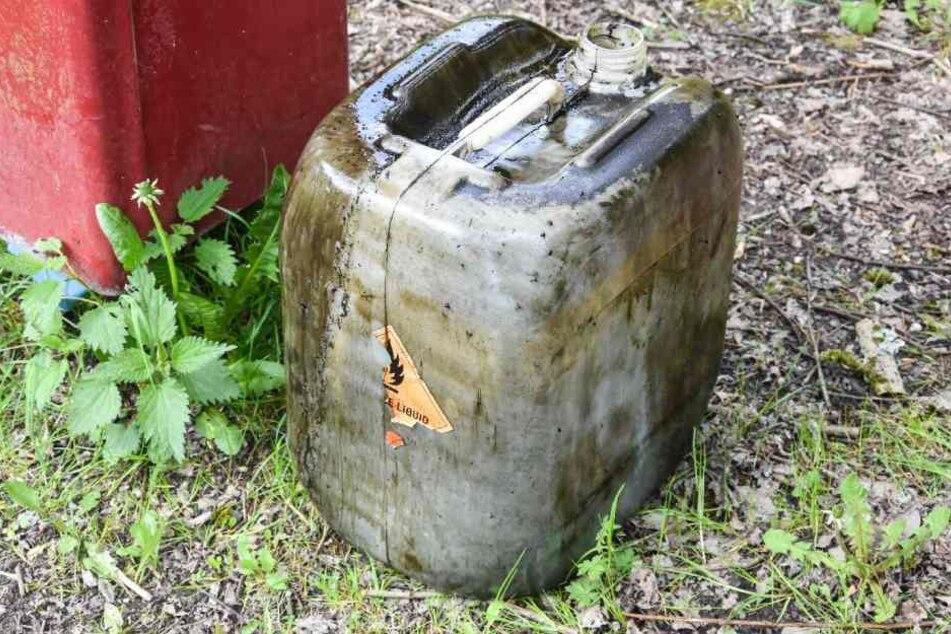 Solche, mit Öl gefüllte Kanister wurden in dem Teich entsorgt.