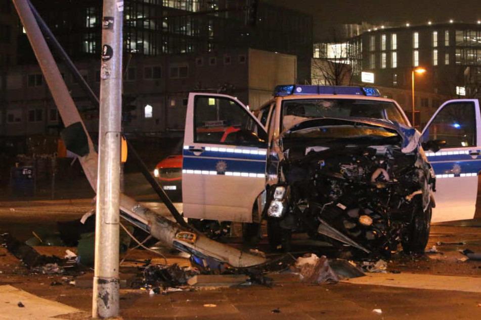 Polizei-Auto wird bei Crash in Berlin völlig demoliert