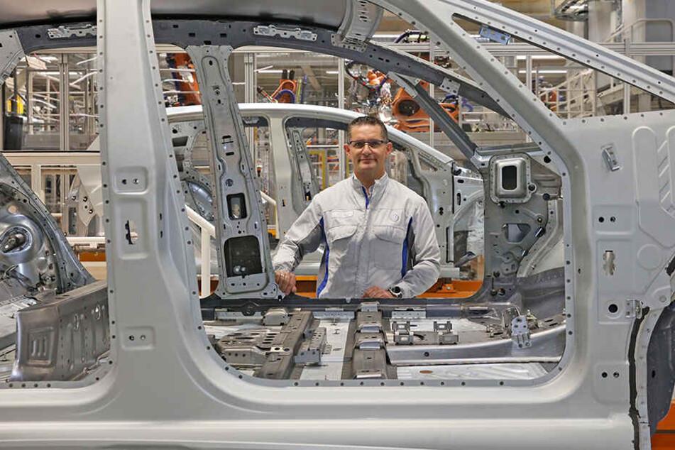 Karosseriebauleiter Heiko Rosch (52) hinter einer Silber-Karosse. Hier werden später noch Sitze, Technik und vieles mehr eingebaut.
