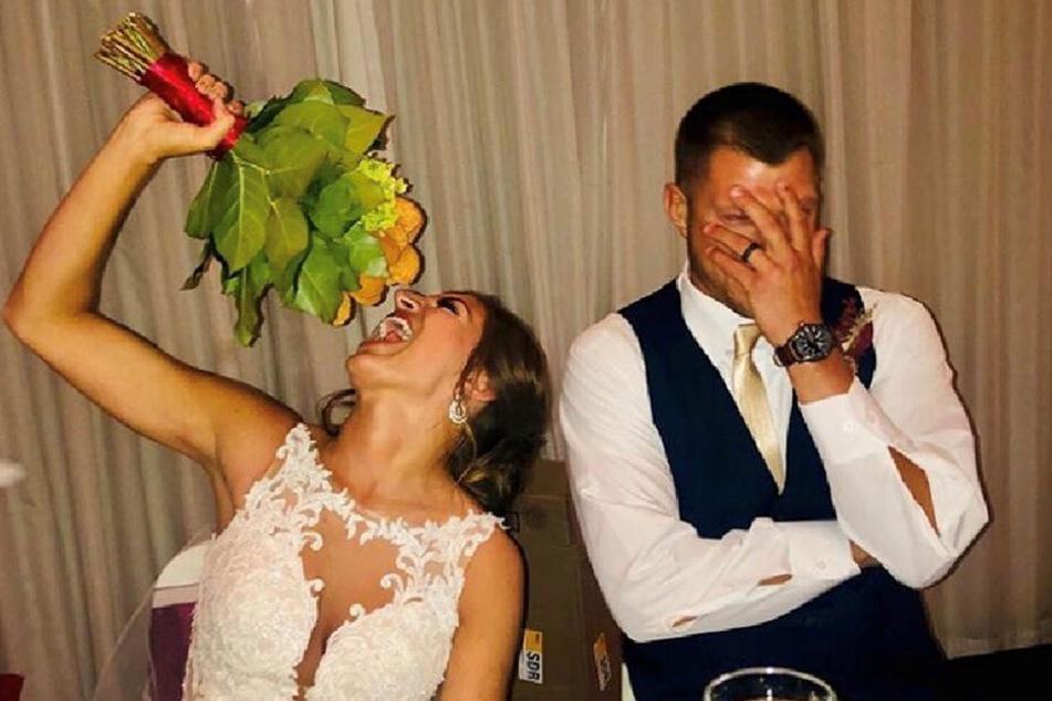 Voller Leidenschaft vernascht die Braut ihren Strauß.