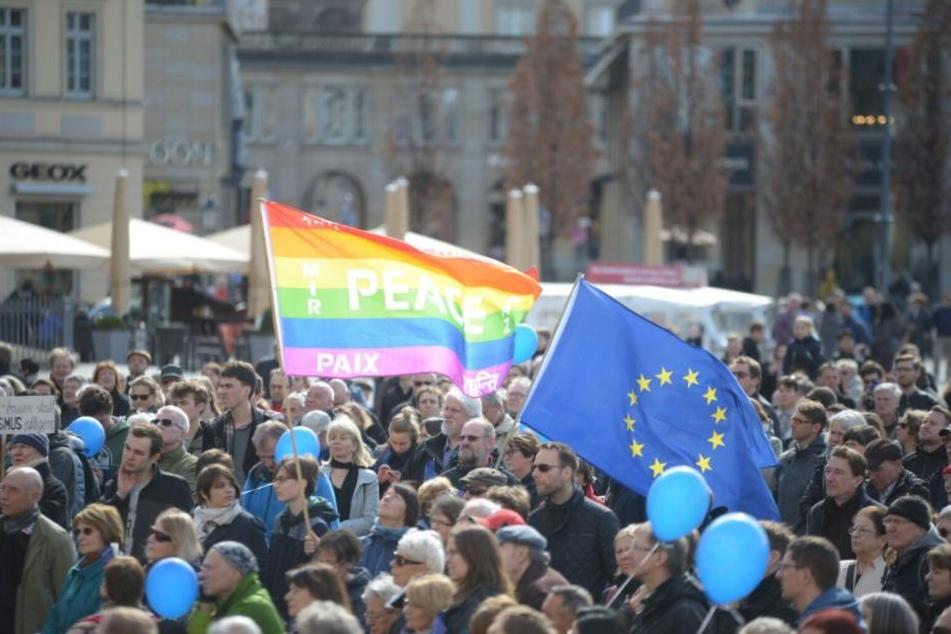 Mit Flaggen und blauen Luftballons bewaffnet, zeigen die Menschen, dass sie hinter einem toleranten Europa stehen.