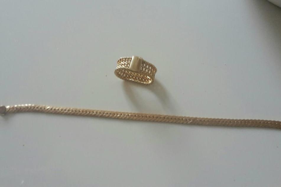 Auch diese Kette und ein Ring 585er-Karat Gold wurde der alten Dame gestohlen.