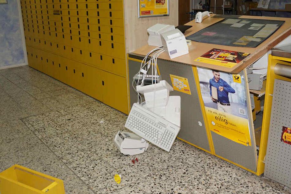 Bei dem Einbruch in die Postfiliale richteten die Täter erheblichen Schaden an.