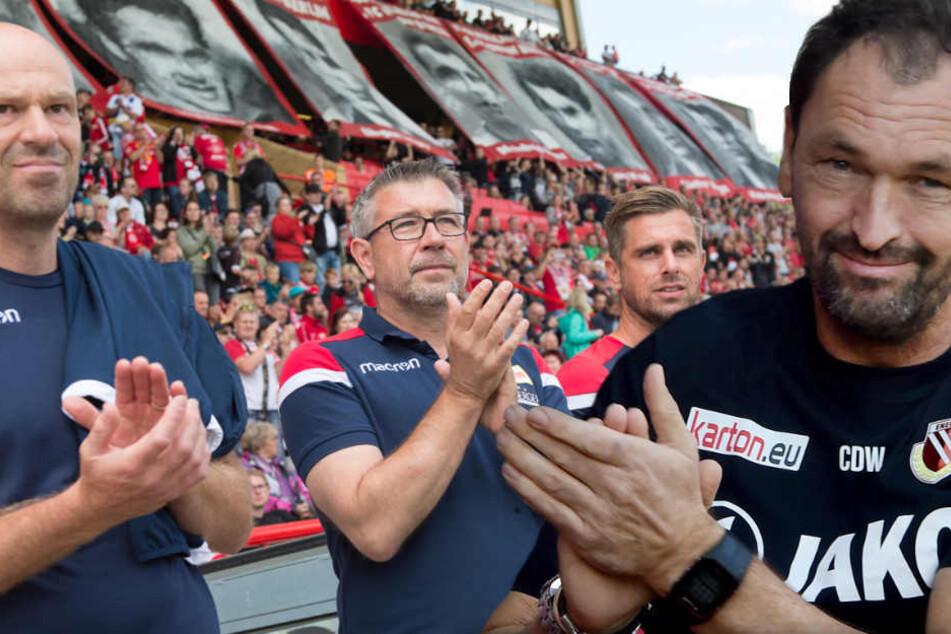 Unions Assistenztrainer Markus Hoffmann, Cheftrainer Urs Fischer und Assistenztrainer Sebastian Bönig (l-r) stehen am Spielfeldrand. Nun bekommen sie einen weiteren Mann dazu, zum Ärger von Wollitz.