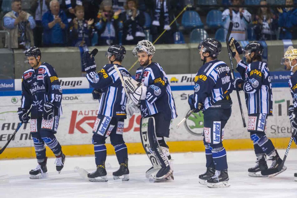Marco Eisenhut (3.v.l.) konnte mit den Kollegen einen Heimsieg gegen Riessersee feiern, an dem er entscheidenden Anteil hatte.