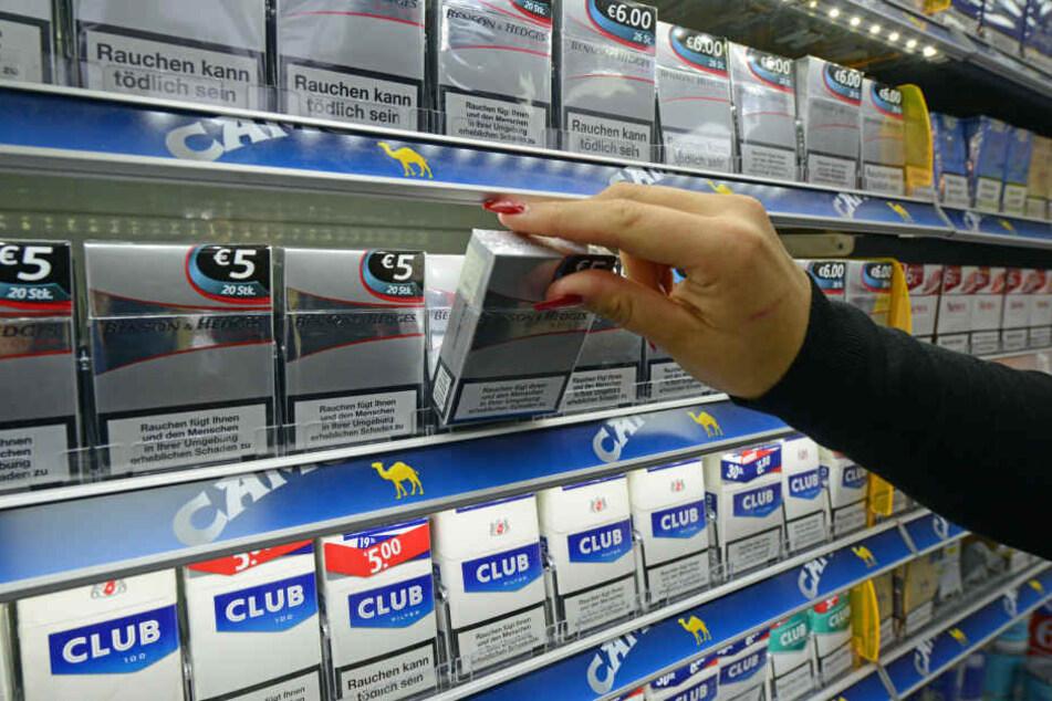 Ein paar Stangen reichten offenbar nicht; unbekannte Diebe wollten am Donnerstag gleich einen ganzen Tabakschrank aus einem Supermarkt mitgehen lassen. (Symbolbild)