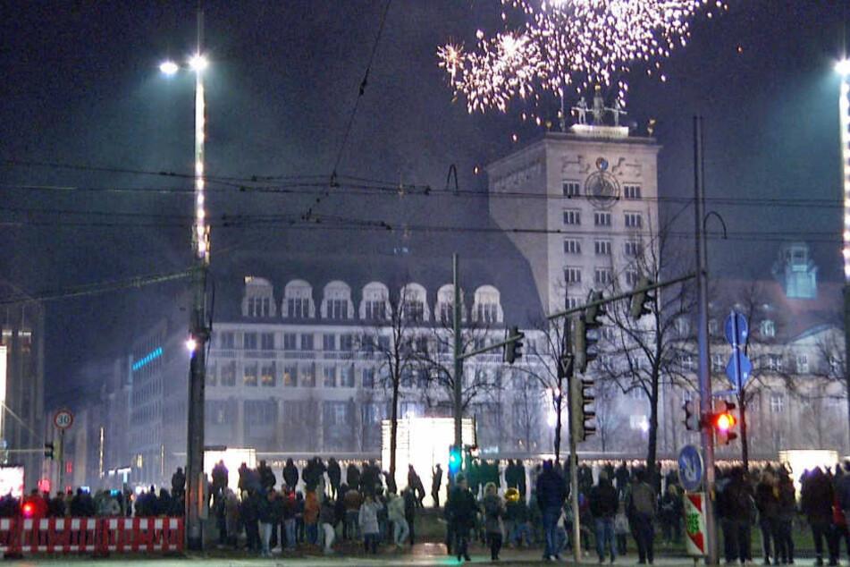 Zahlreiche Menschen läuteten das neue Jahr gemeinsam auf dem Augustusplatz ein.