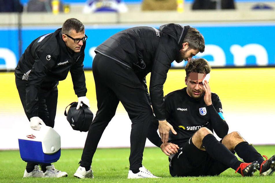 Nach einem Zusammenprall liegt Christian Beck verletzt am Boden.