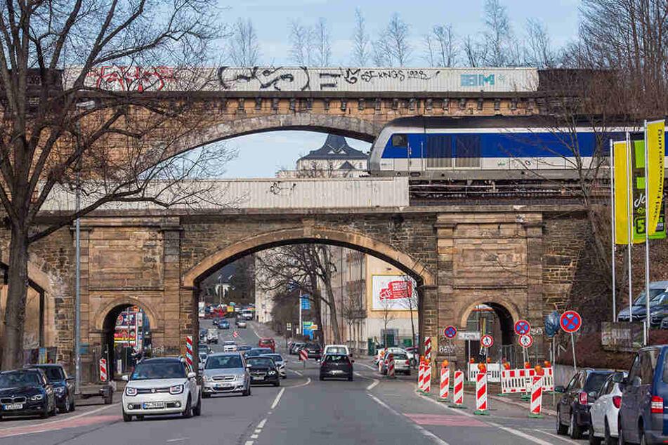 Hier beginnen am Donnerstag die Bauarbeiten: Das Eisenbahnviadukt über die Blankenauer Straße muss dringend modernisiert werden.