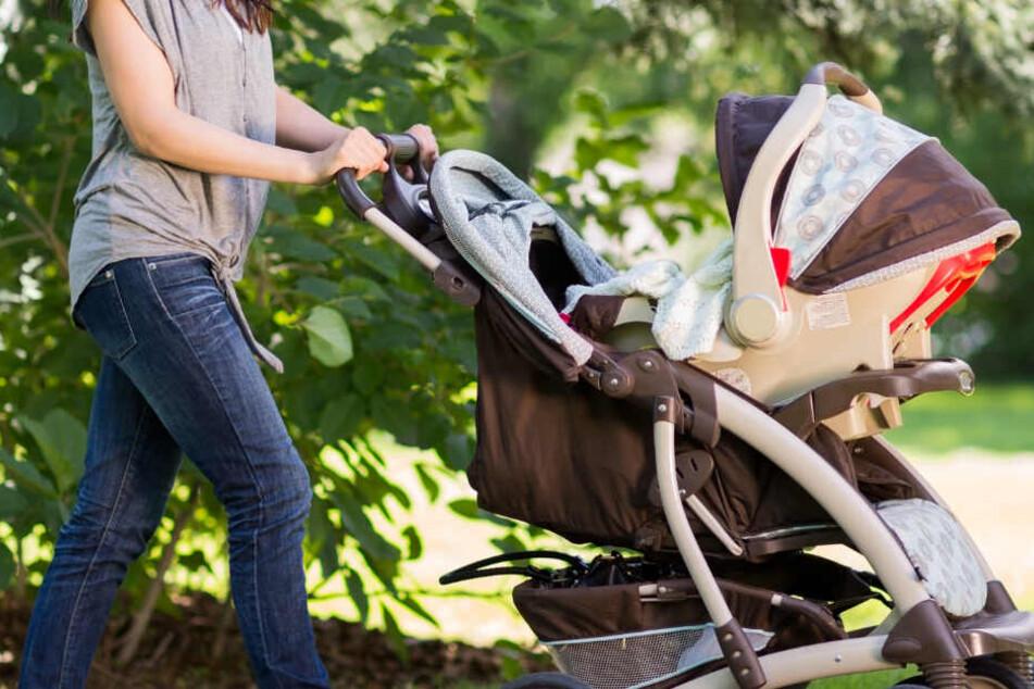 Mutter mit Kinderwagen weicht Radlerin nicht schnell genug aus: Radfahrerin rastet aus
