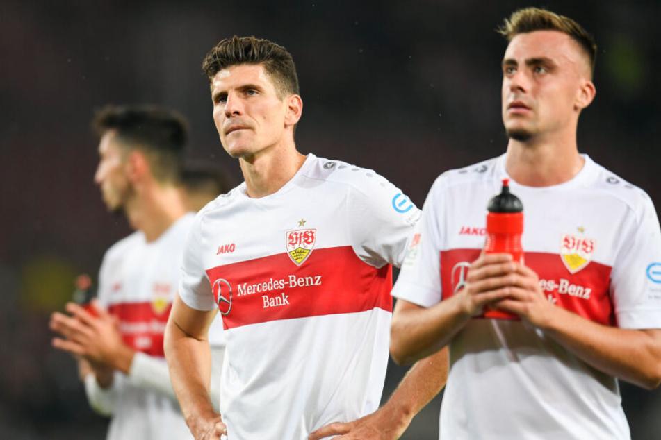 Frust regiert: Mario Gomez (M) und Philipp Förster (r) vom VfB Stuttgart nach der Pleite gegen Wehen Wiesbaden.