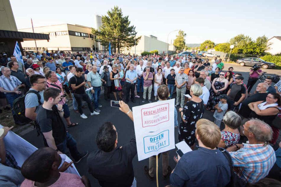 """Teilnehmer der Mahnwache """"Kein Platz für Rassismus"""" in Wächtersbach."""