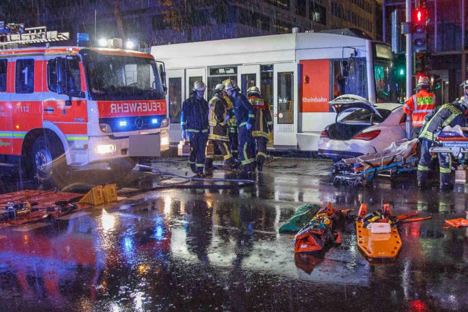 Bei einem zweiten Unfall mit einer Straßenbahn am Dienstagabend wurde mindestens ein Mensch schwer verletzt.