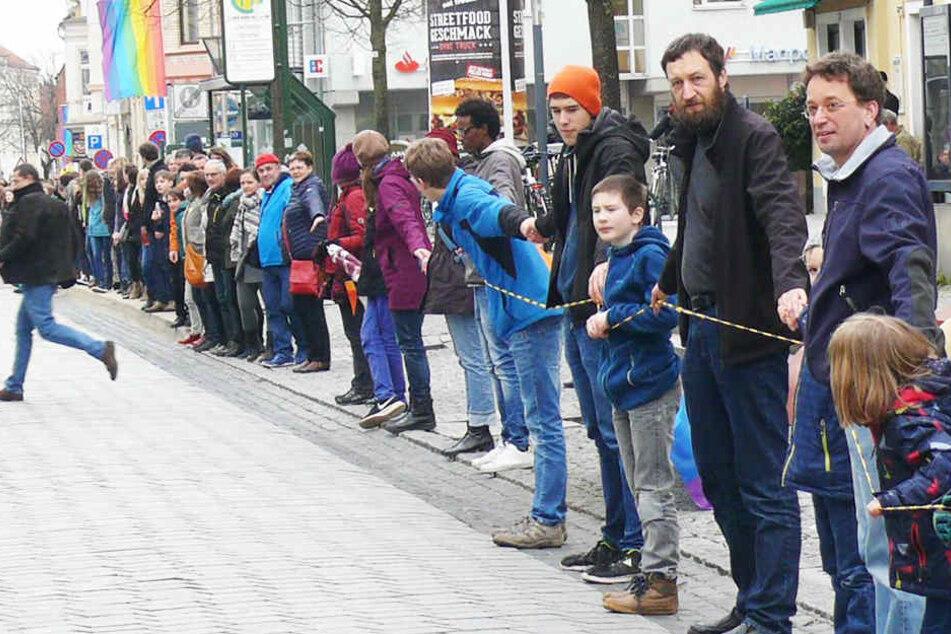 2000 Meter lange Menschenkette stoppt Nazi-Aufmarsch