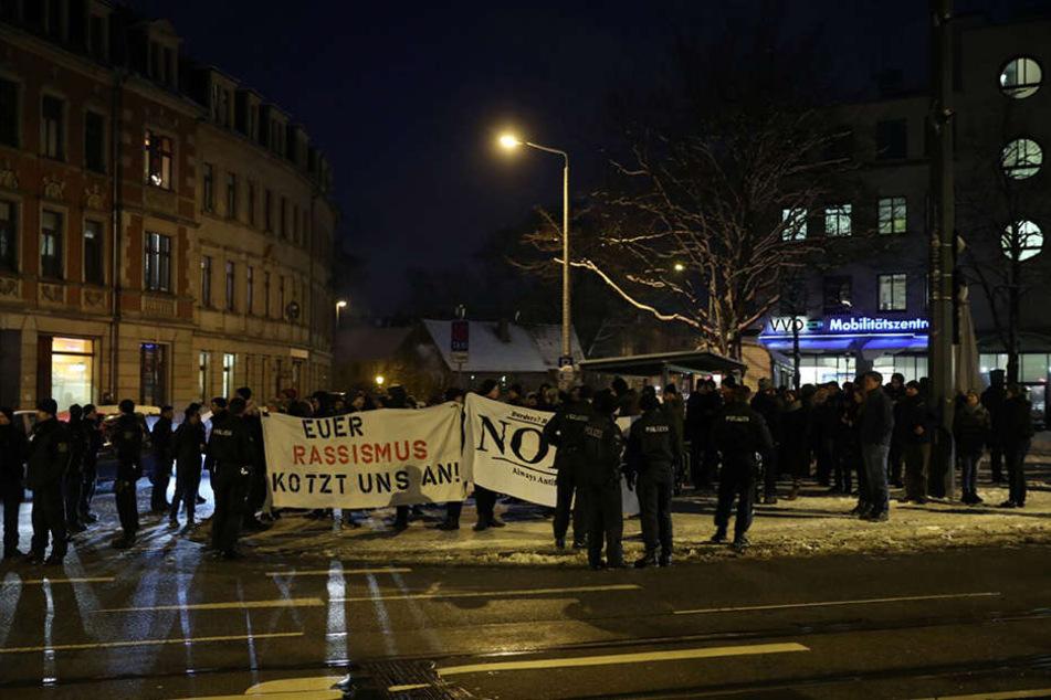 Etwa 200 Gegendemonstranten hatten sich auf der gegenüberliegenden Straßenseite eingefunden.