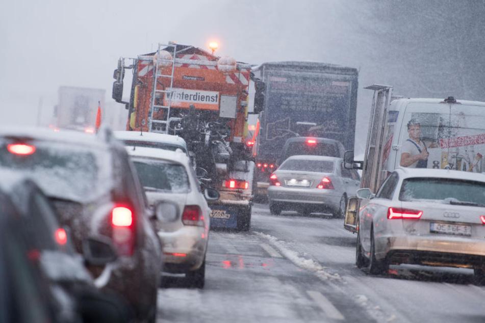 Der plötzliche Schneefall macht die A9 zur Rutschpartie. (Symbolbild)