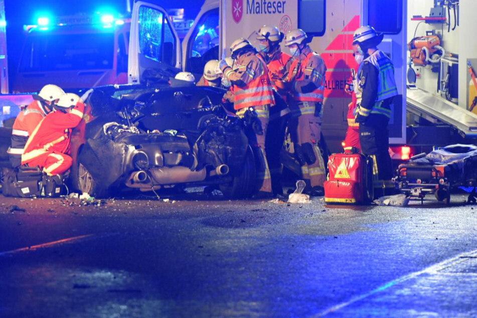 Autofahrer baut Unfall auf A10, Lkw fährt in die Trümmer