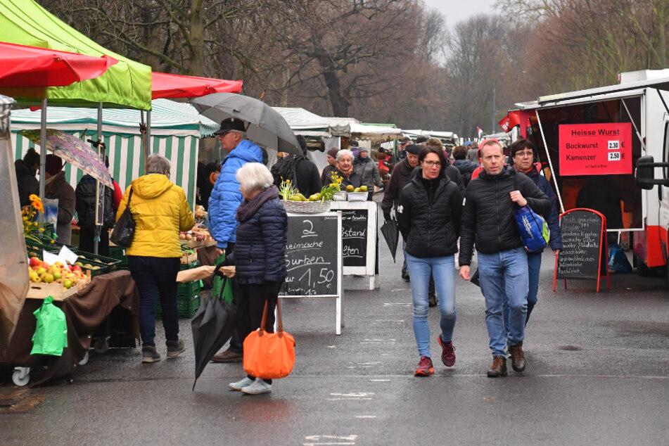 Menschen kamen sich im Getümmel und Schlangen auf dem Lignermarkt nahe, obwohl nur ein Viertel der üblichen Besucherströme kam.